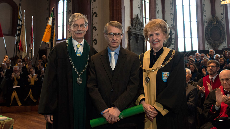 Armin Coray picked up an honorary doctor from the Faculty of Sciences. (Photo: University of Basel, Christian Flierl)