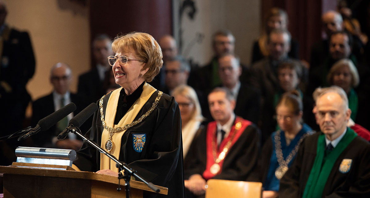 "The President's chain was donated by the ""Freunde der Universität"" association when the Main Building was dedicated in 1939. The chain has a silver pendant with the crest of the President, an open book with the inscription pie, juste, sobrie, spienter (pious, just, sensible, clever)."