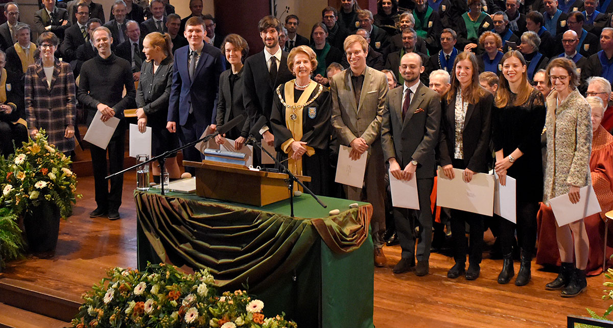 President Prof. Dr. Andrea Schenker-Wicki in the midst of the faculty prize winners. (Photo: University of Basel, Christian Flierl)