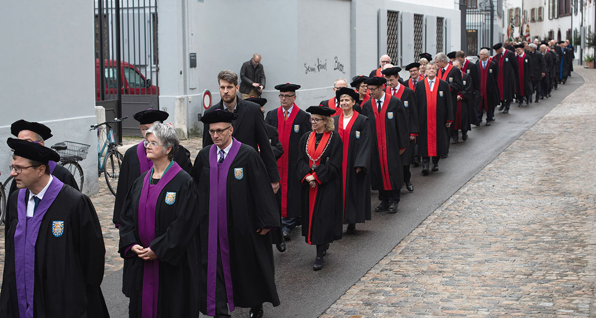 Many of the professors wear a gown and beret. The color of the gowns signifies the faculty affiliation: violet for Theology, red for Law, crimson for Medicine, blue for the Humanities, green for the Sciences, gold for Economics and silver for Psychology.