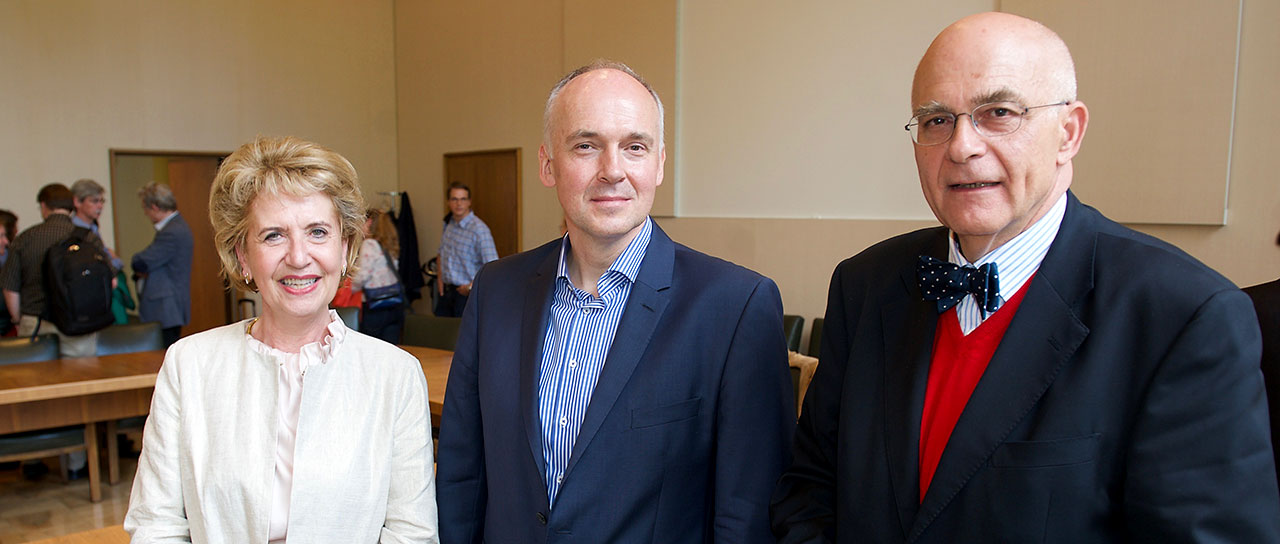 Prof. Torsten Schwede, the new Vice President for Research, is accompanied by the President Prof. Andrea Schenker-Wicki and the Senate Chairperson Prof. Thomas Sutter-Somm. (Picture: University of Basel)