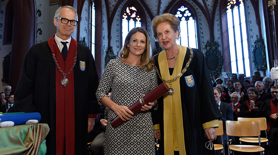 Professor Thomas Gasser, Dean of the Faculty of Medicine, presented the honorary doctoral certificate for Roger Federer to his sister Diana Federer. (Image: University of Basel, Christian Flierl)