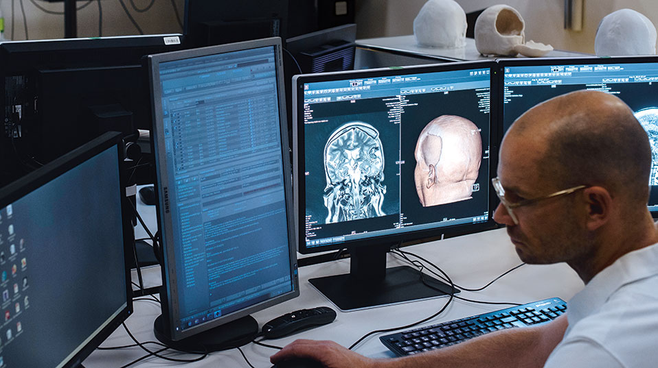 Radiologist Dr. Philipp Brantner prepares the CT data for 3D printing in order to create an exact anatomical replica. (Photo: University of Basel, Christian Flierl)