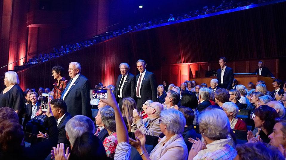 Die Verleihung der Kavli-Awards fand am 6. September im Konzerthaus der norwegischen Hauptstadt Oslo statt. In der Bildmitte Christoph Gerber und Gerd Binnig.