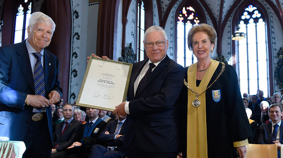 Dr. Roland Bühlmann, President of AlumniBasel, presented the Alumni Award 2017 to environmental physicist and science manager Prof. Dr. Dieter M. Imboden. (Image: University of Basel, Christian Flierl)