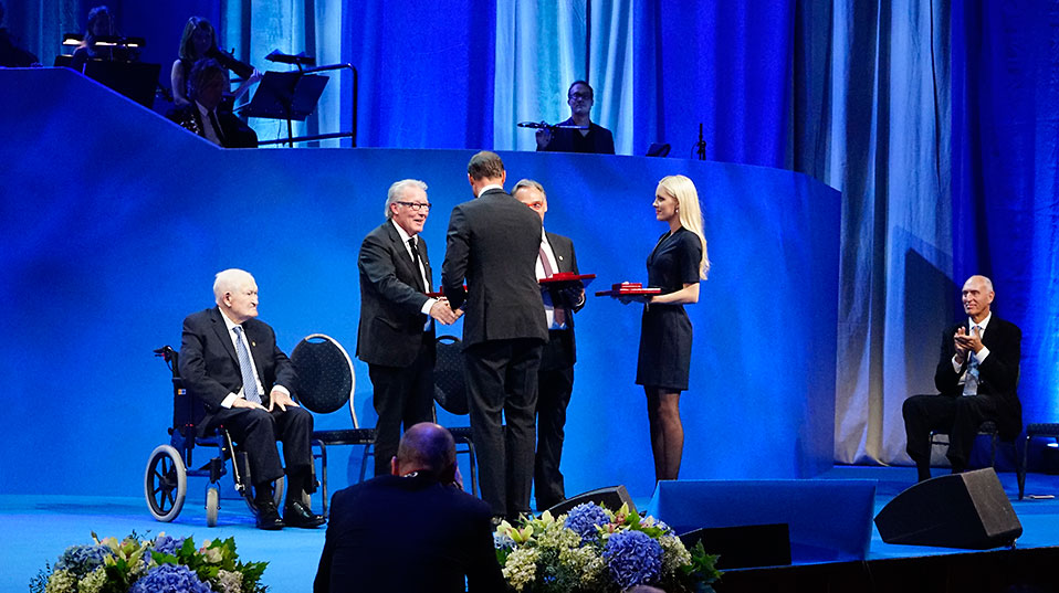 Die Urkunde und die Goldmedaille wurden den drei Forschern vom norwegischen Kronprinzen Haakon überreicht.