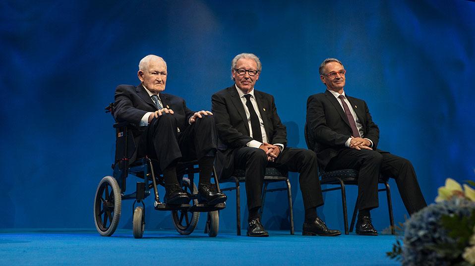 Calvin Quate arbeitete damals an der Stanford University, Christoph Gerber und Gerd Binnig am IBM-Forschungszentrum in Rüschlikon (von links). (Bild: Thomas Brun/NTB Scanpix)
