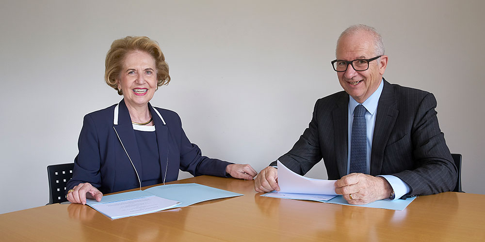 Pioneering project: Prof. Dr. Andrea Schenker-Wicki, President of the University of Basel, and Etienne Jornod, Executive Chairman of the Board of Directors of Vifor Pharma, agree to collaborate in the field of nanopharmacy. (Photo: University of Basel, Basile Bornand)
