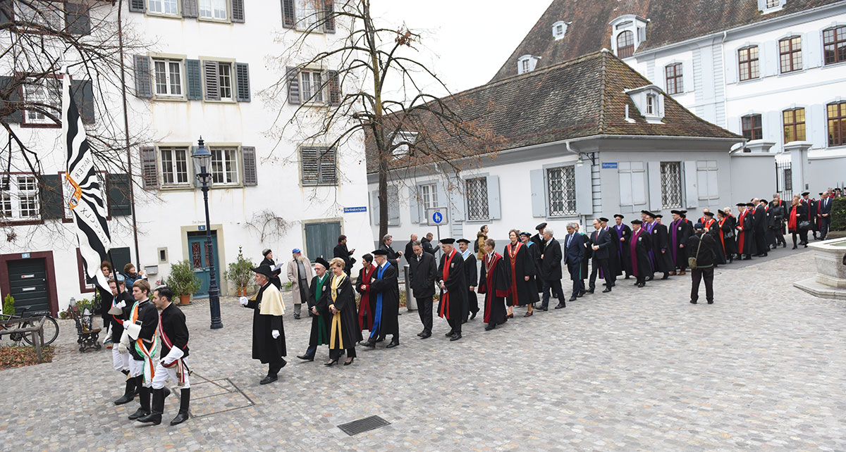 The procession is led by the University Council, followed by the University flag and the beadle of the university, who was responsible for administration of student activities until early in the 20th Century.