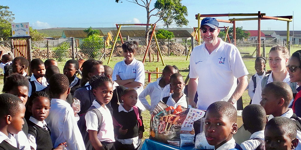 Professor Uwe Pühse with school children in South Africa.