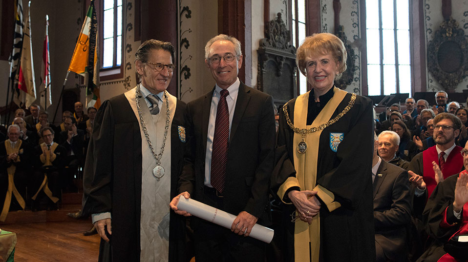 Thomas R. Insel, MD, was given an honorary doctor by the Faculty of Psychology, here flanked by Dean Prof. Dr. Alexander Grob and President Prof. Dr. Andrea Schenker-Wicki. (Photo: University of Basel, Christian Flierl)